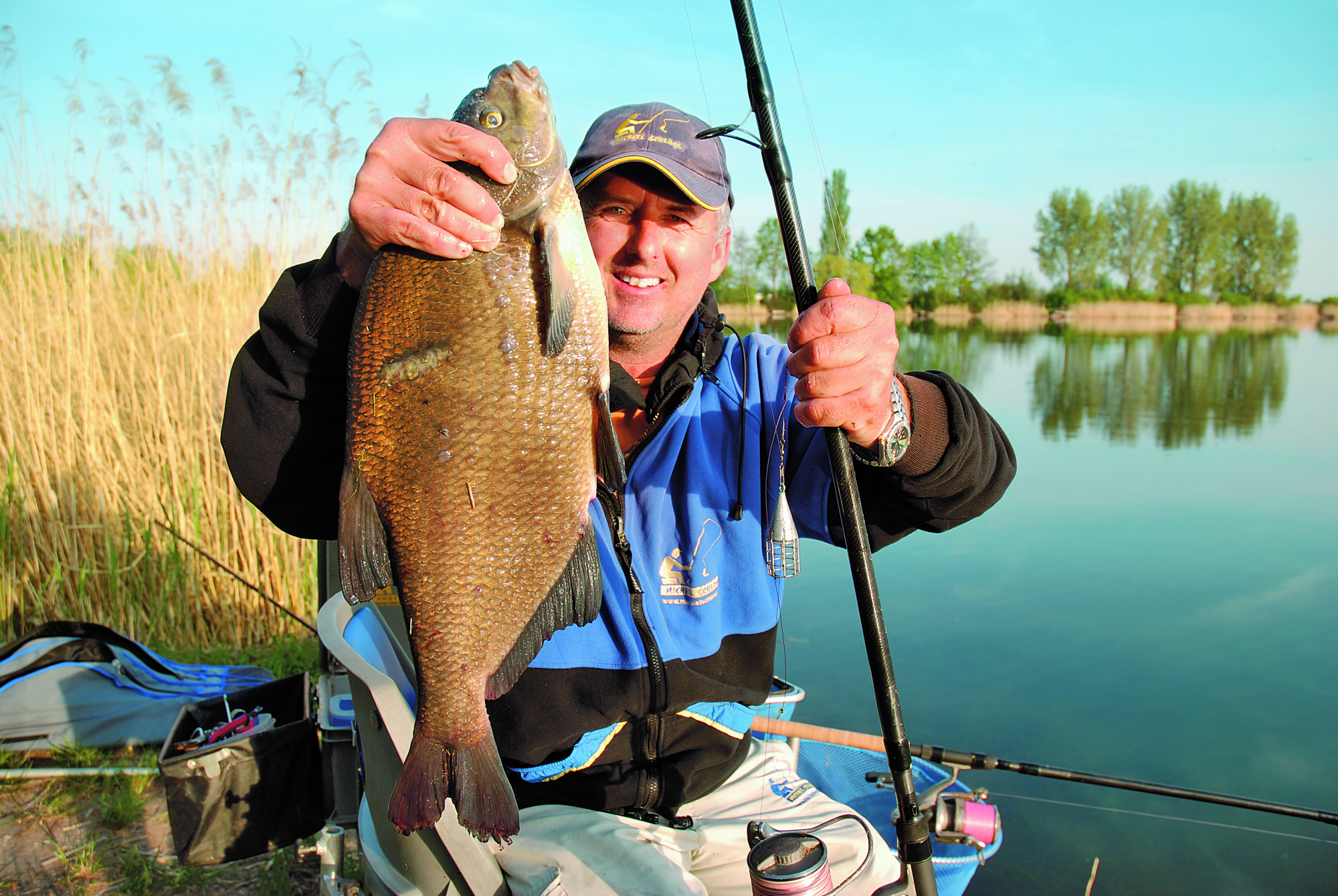 Michael mit einem fetten Brassen. Solche Fische gehen am häufigsten direkt vor der Laichzeit an den Haken. Foto: M.Schlögl