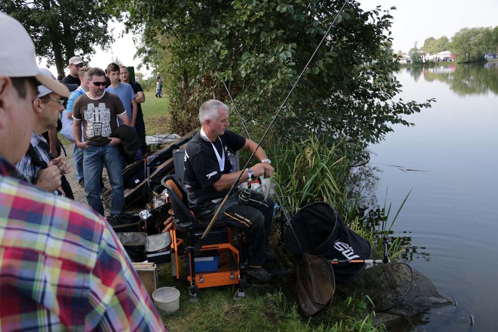 Michael Schlögl zeigt den Zuschauern die Finessen des Feederns - inkl. Live-Bissen.
