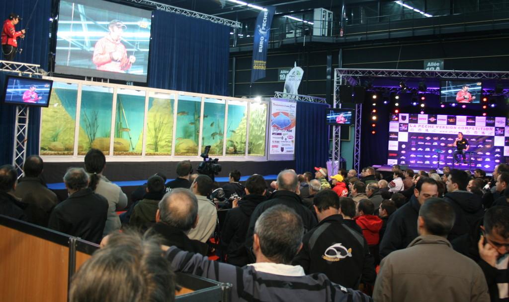 Mit einem Fassungsvermögen von 23.000 Litern und einer Länge von 14 Metern ist das AQUADEMO das größte mobile Aquarium Europas.
