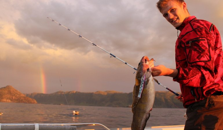 Angeln in Norwegen: Wenn Jäger auf Fischfang gehen: Gerold mit dem letzten Fisch des ersten tages bevor wir in den Hafen fuhren.