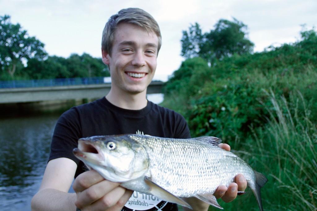 Fritjof mit seinem Rapfen, den er beim Raubfischangeln am Abend fangen konnte.