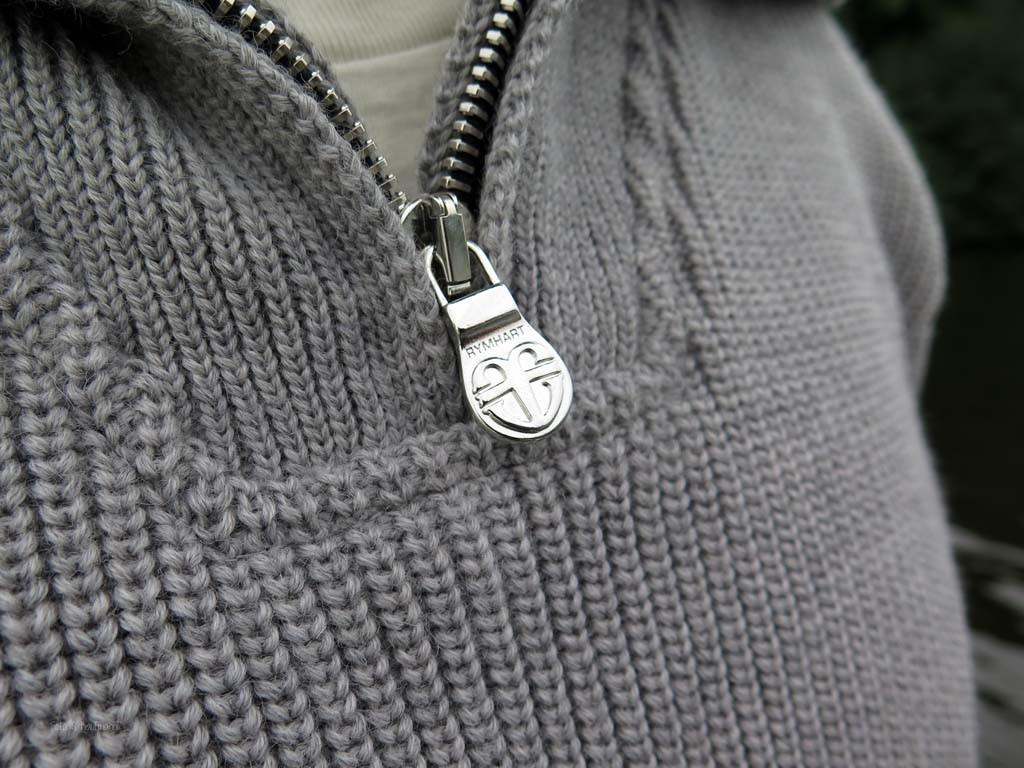 Der Zipper am Kragen lässt sich leicht öffnen und schließen und ist rostfrei.
