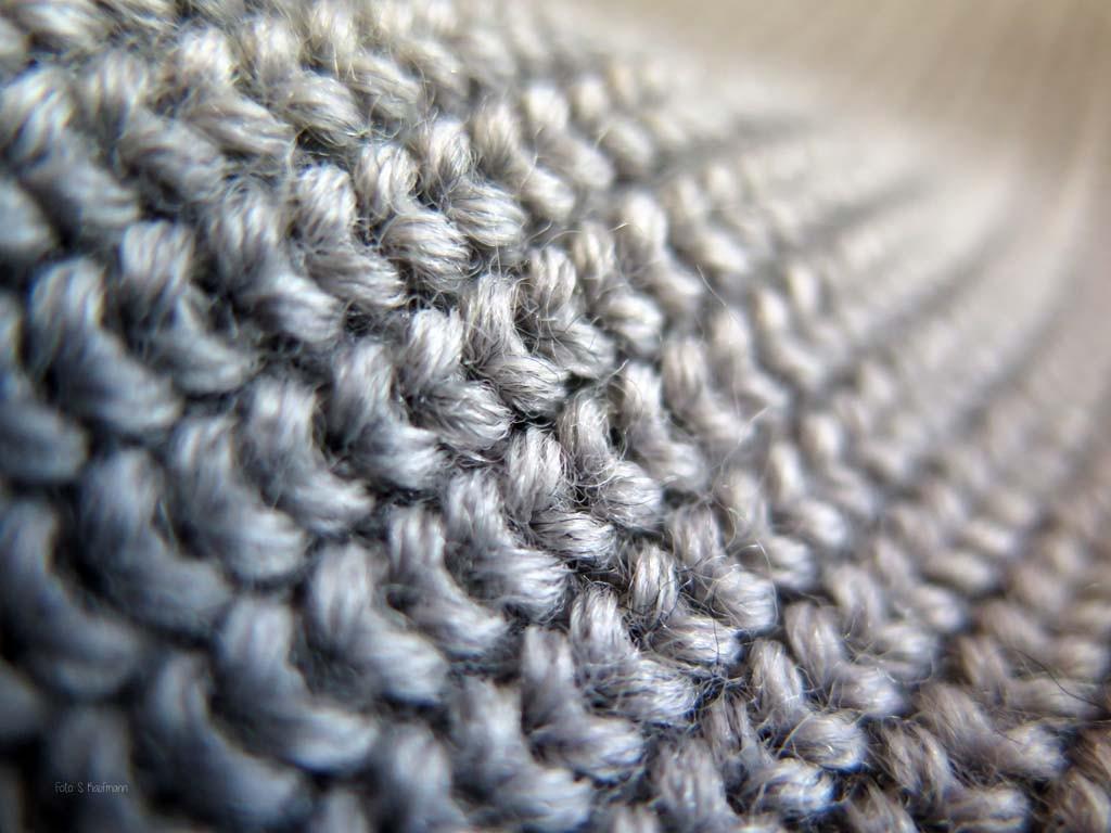 Die Doppelmasche, bei der zwei Maschen auf einer Masche aufliegen, sind aufwenig in der Herstellung und gewährleisten eine robuste und langlebige Struktur, die sicher vor Wind und Kälte schützt.