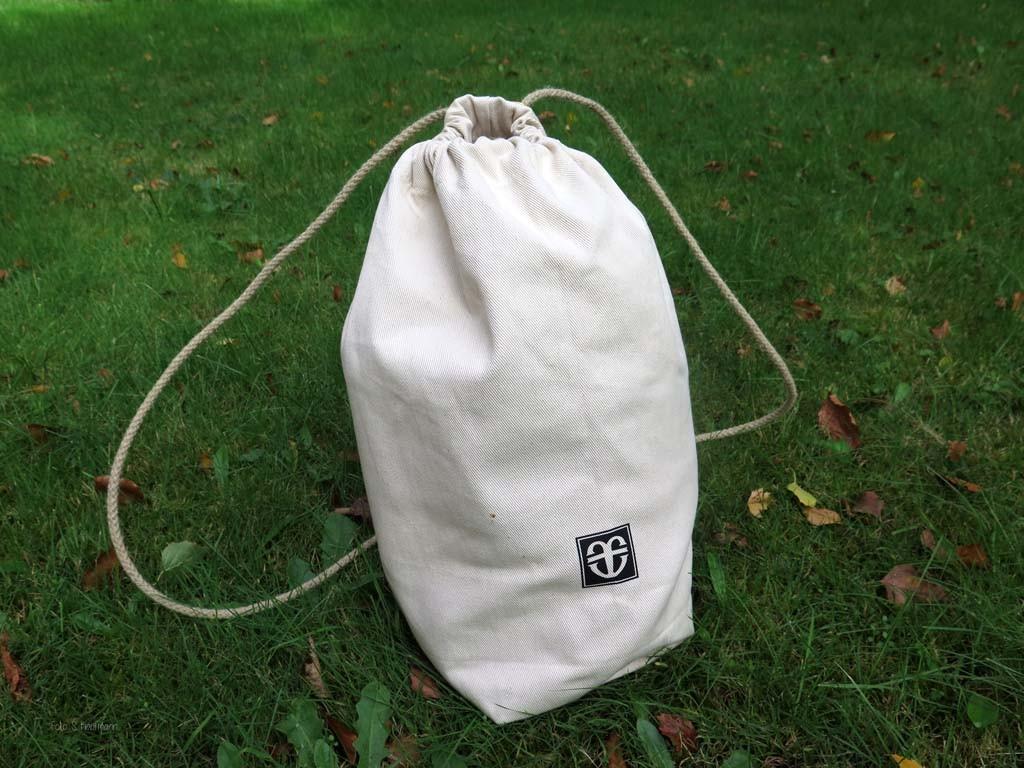 In diesem Seesack kommt der Troyer zu Dir nach Hause. Ein praktisches Tragehilfe, die nicht nur für den Pullover geeignet ist.