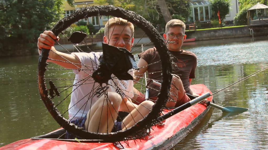 Der vermeintliche fisch entpuppte sich bei der Landung als ein alter Fahrradreifen.