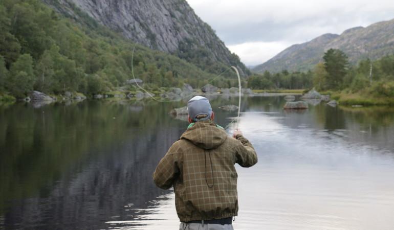 Mit dem passenden Fliegenfischen-Set gelingen schnell die ersten Würfe.