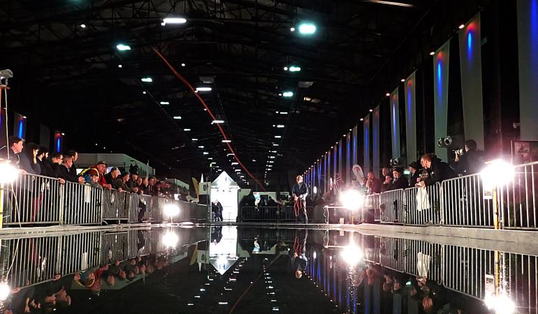 Auf der Messe ANGELN in Duisburg wird Ihnen auch das Fliegenfischen gezeigt. Dafür wird extra ein großer Castingpool aufgebaut. Michael Werner bringt hier Einsteigern das Fliegenfischen bei.