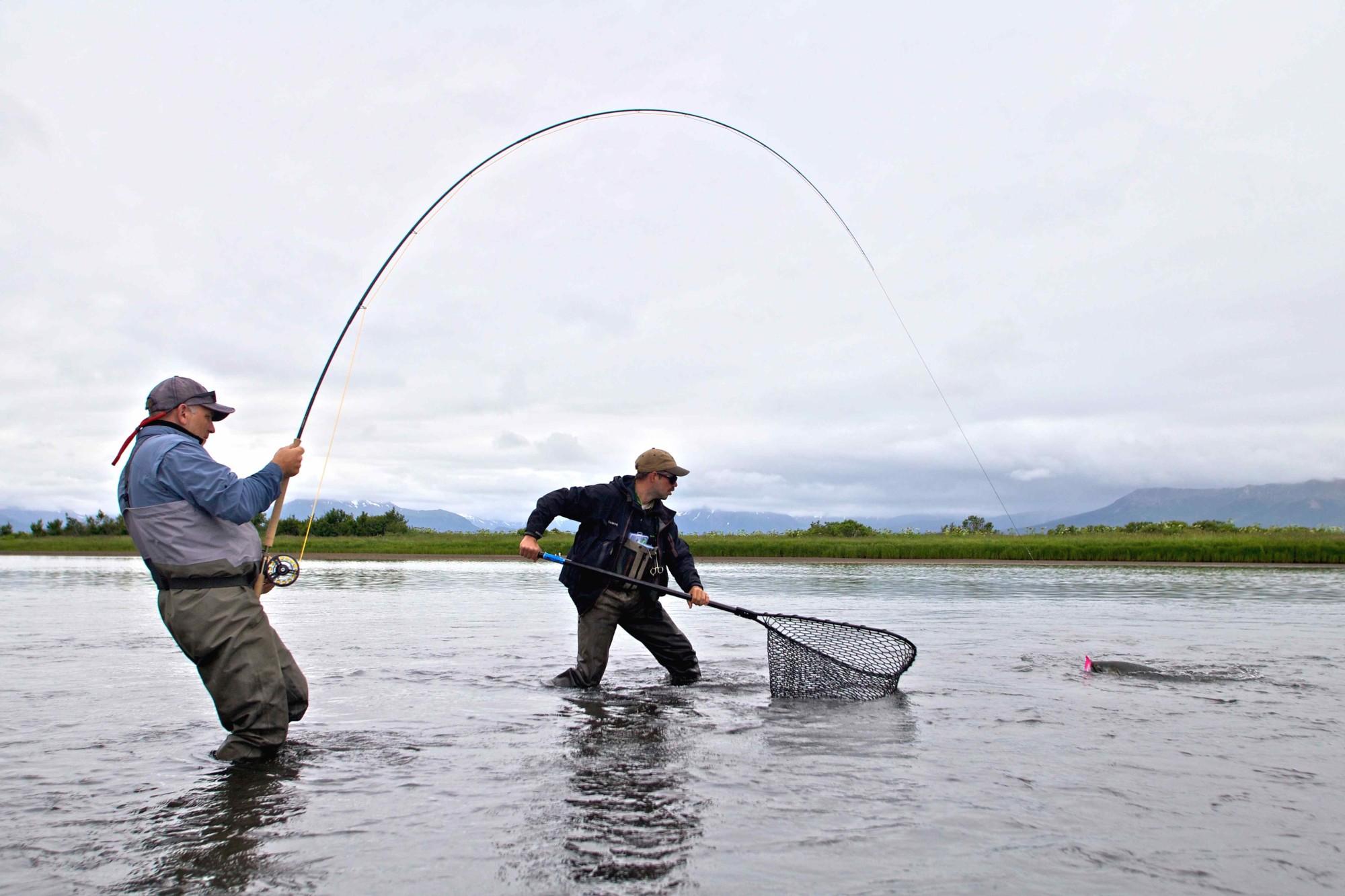 Fliegenfischen auf Königslachs, Michael Werner drillt, die 10er Zweihandrute verbeugt sich tief, hoffentlich hält das 0,45er Vorfach.