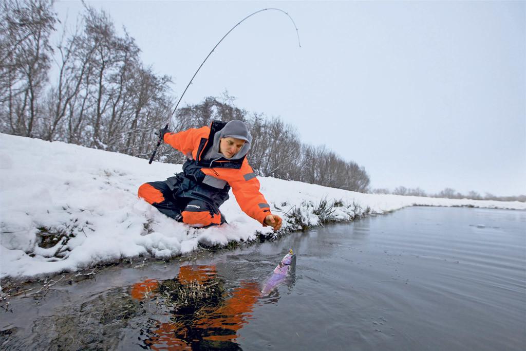 Beim Forellenangeln im Winter sollte man jedes freie Eisloch nutzen, um seinen Köder - egal ob Kunst- oder Naturköder - langsam durch das Wasser zu führen.