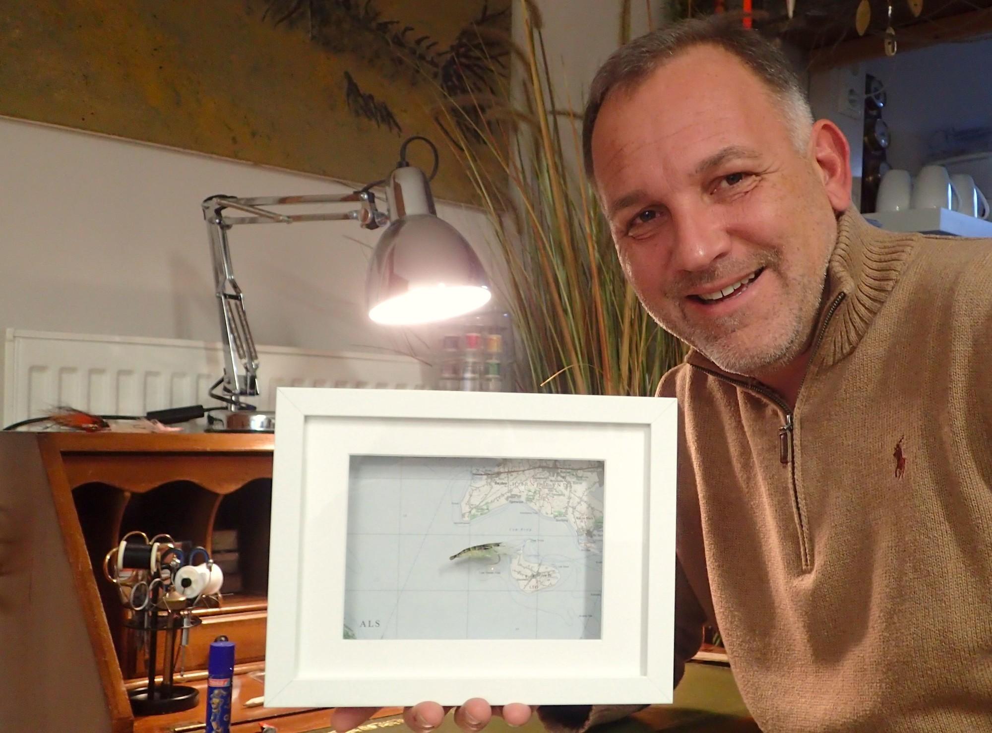 Kodys Shrimp im Rahmen. Michael Werner hat die Fliege für Sie in Szene gesetzt, ersteigern können Sie den Rahmen mit der Originalfliege zugunsten der Auktion für krebskranke Kinder.