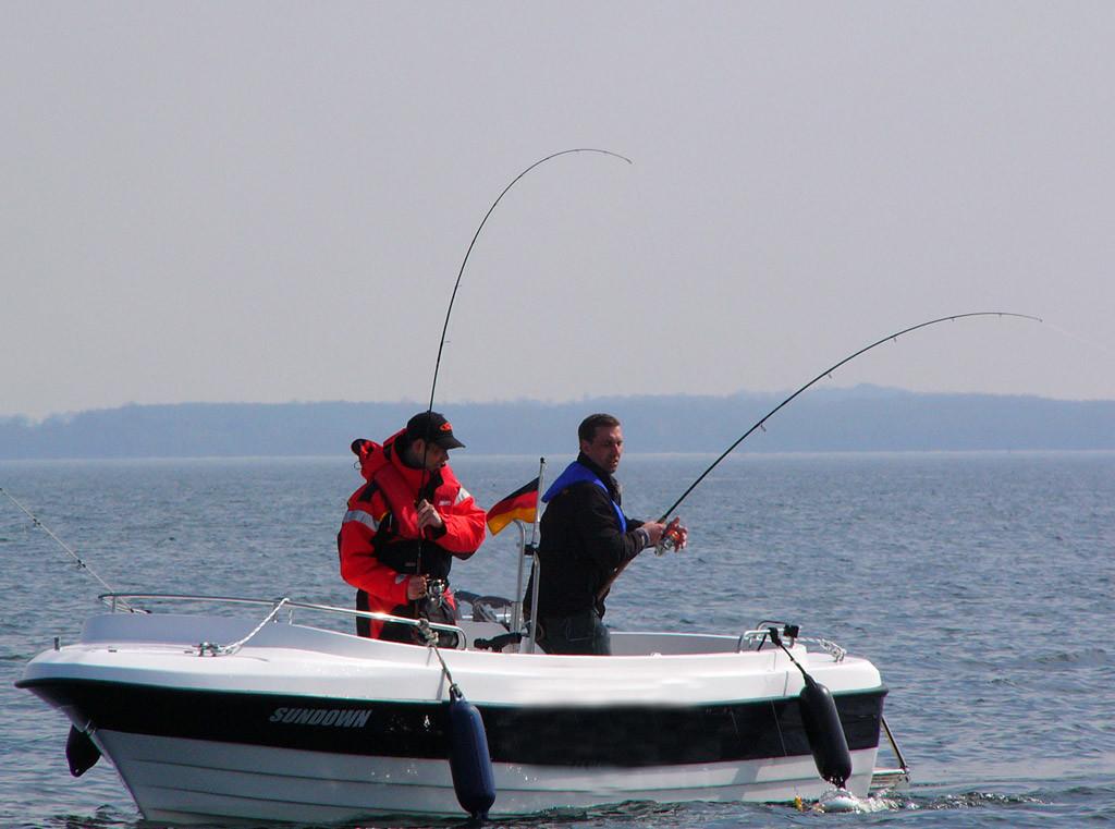 Mit einem offenen Boot ist man den Wetterbedingungen ausgesetzt. Daher sollte man unbedingt vor der Ausfahrt über Regen und Wind informieren.
