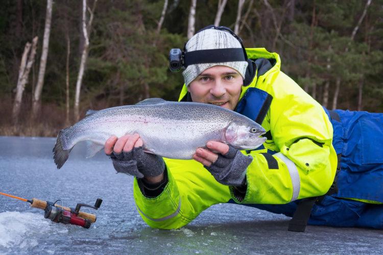 Forellenangeln im Winter kann sehr effektiv sein, solange man nach den Regeln der kalten Jahreszeit spielt. Foto: Fotolia