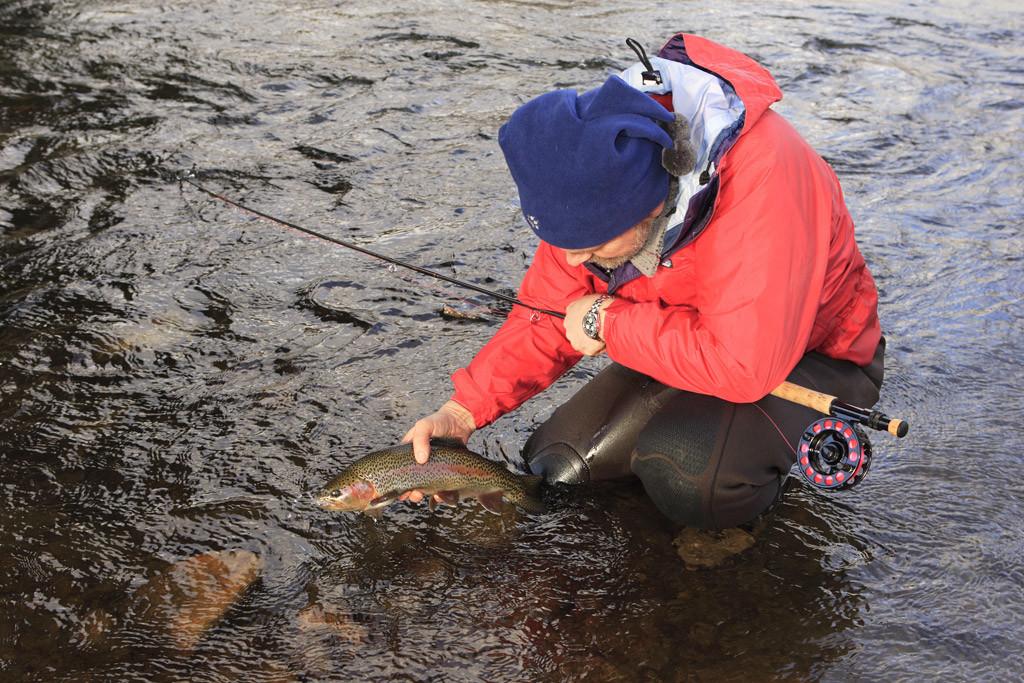 Angelbekleidung für Angler sollte vorrangig praktisch sein und vor den Natureinflüssen schützen.