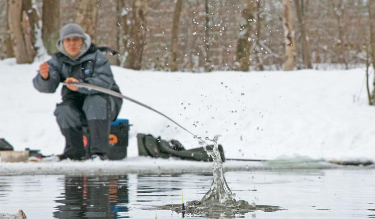 Angeln im Winter bringt mit der richtigen Taktik nicht nur Spaß, sondern auch Fisch. Foto: Blinker