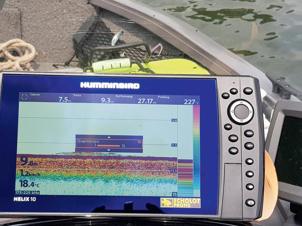 """Je schneller das Boot, desto schneller auch das """"Graph-Tempo"""" - weil der Bildschirm sonst Signale völlig verzehrt. Foto: BLINKER/S. Gockel"""