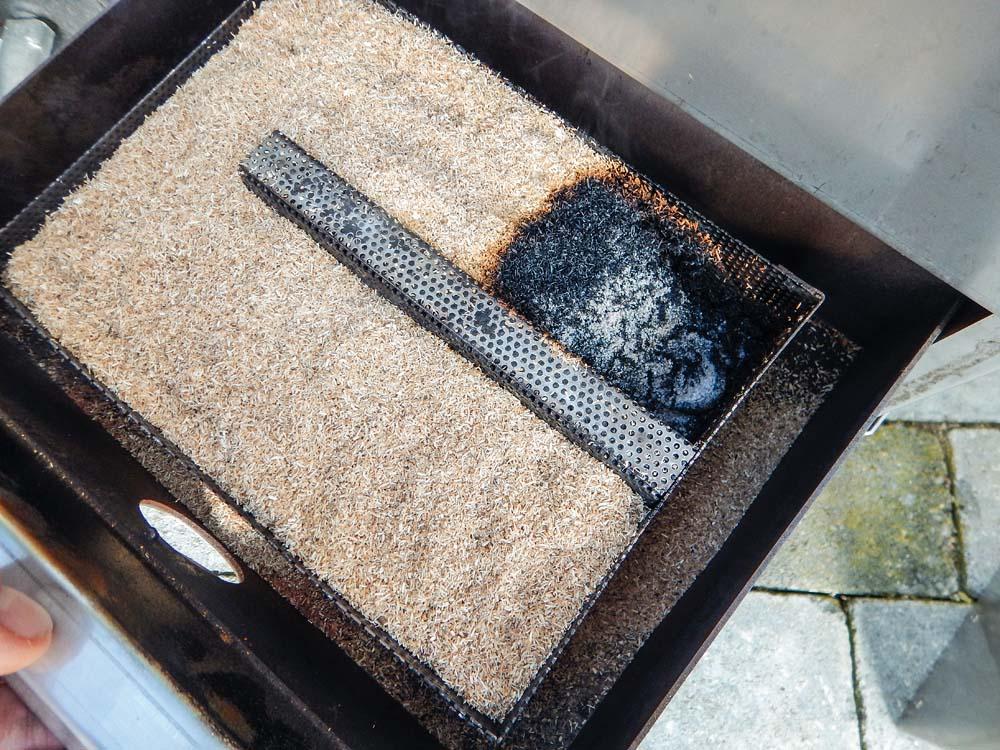 Um eine regelmäßige Luftzufuhr zu garantieren, sollte die Öffnung an der Schublade geöffnet bleiben. Dann glimmt das Mehl in der Schnecke gleichmäßig.