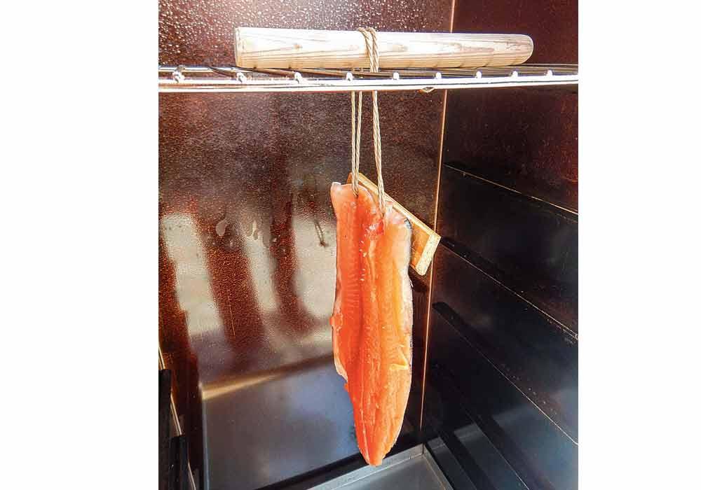 Jetzt wird das Filet in den Räucherofen gehängt. Ein Holzstab dient als Sicherung. Vor dem Räuchern lässt man das Filet für eine Stunde im Ofen, damit es abtrocknen kann.