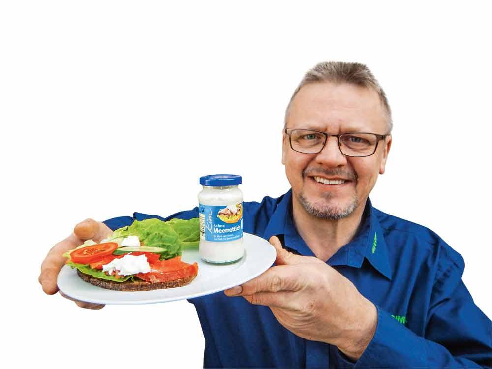 Auf Schwarzbrot mit Salat, Gurke, Tomate und etwas Meerrettich ist kaltgeräuchertes Lachsforellenfilet besonders lecker.