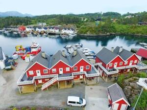 Gepflegte Unterkünfte direkt am Wasser mit Booten (Motorisierung bis 30 PS) werden von Borks angeboten.