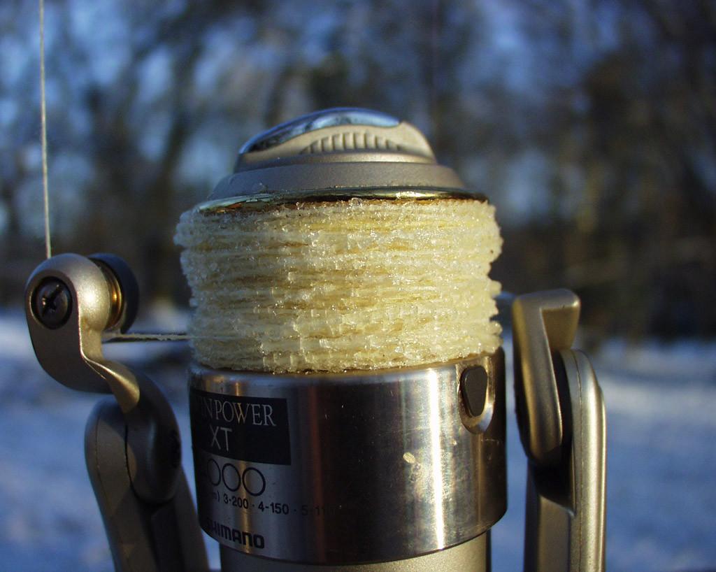 Geflochtene Schnüre saugen Wasser auf, was wiederum bei Frost gefriert. Daher bietet es sich an, mit monofiler Schnur im Winter zu angeln. Foto: Blinker