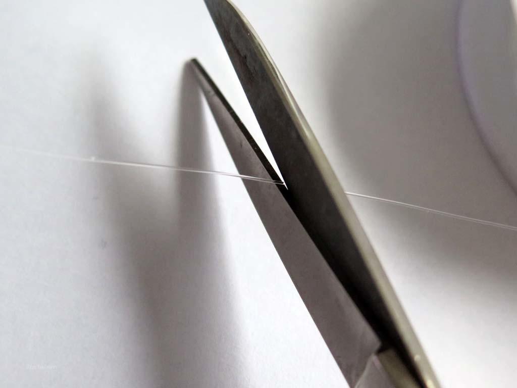 Als ersten Schritt nimmt man von der Fluorocarbon-Spule ein circa 50 Zentimeter langes Stück Vorfach und schneidet es ab.