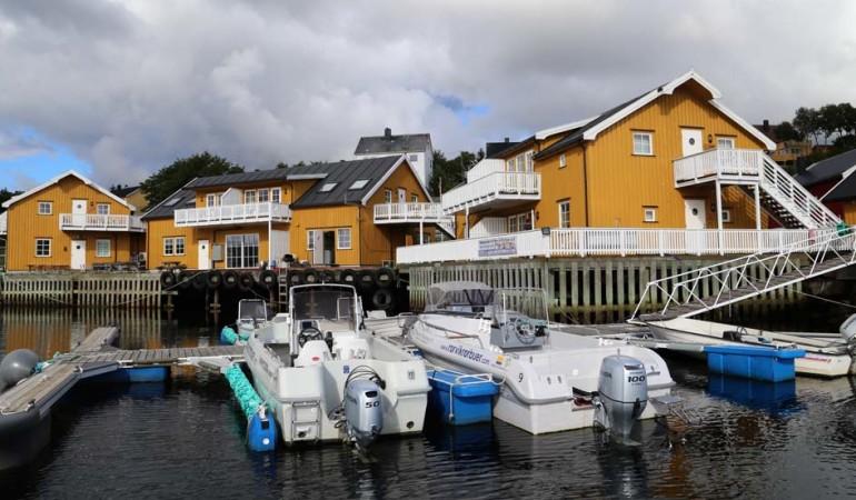 Die Unterkünfte für Angler befinden sich in Rørvik direkt am Wasser. Foto: D. Figge