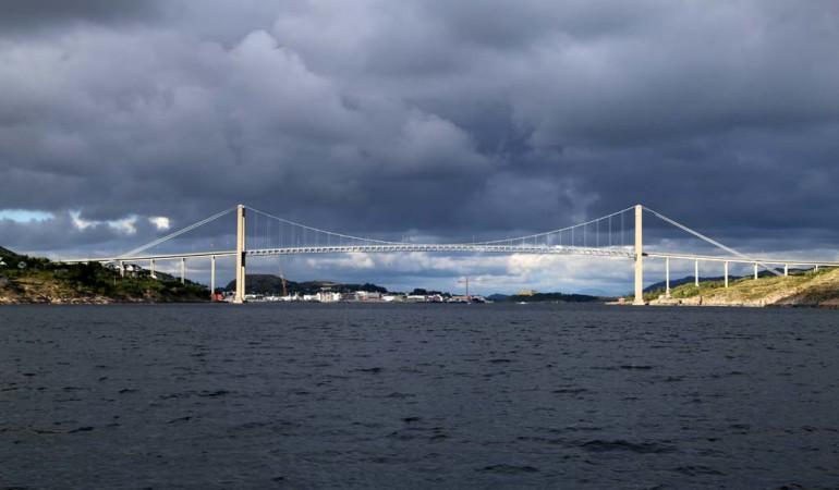 Von Rørvik hat man einen guten Blick auf die Nærøysund Brücke. Foto: D. Figge