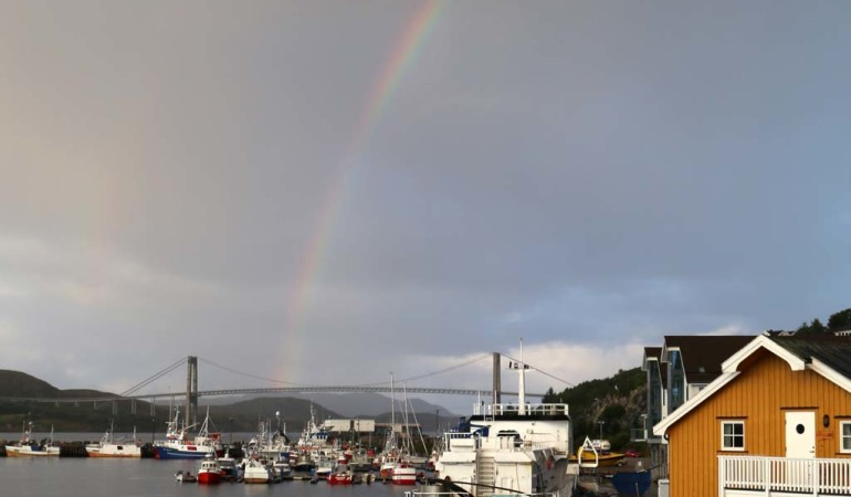 Regenbogen-Stimmung in Rørvik. Foto: D. Figge