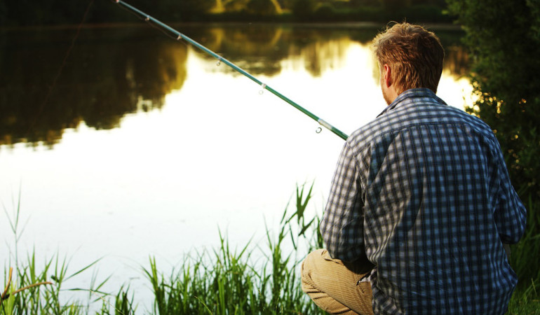Verstoß gegen das Fischereirecht: Drei Angler müssen sich vor einem Gericht verantworten.