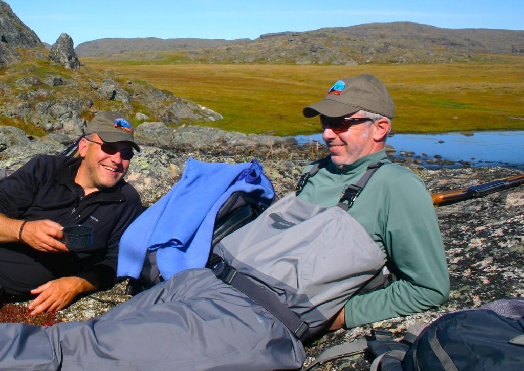 Thomas Wölfle (rechts), hier mit FliegenFischen-Chefredakteur Michael Werner in Nunavik, geht das Fliegenfischen entspannt an. Macht ihn das so erfolgreich? Fragen Sie ihn auf der Messe Leidenschaft Angeln doch einfach mal nach seinem Erfolgsrezept.