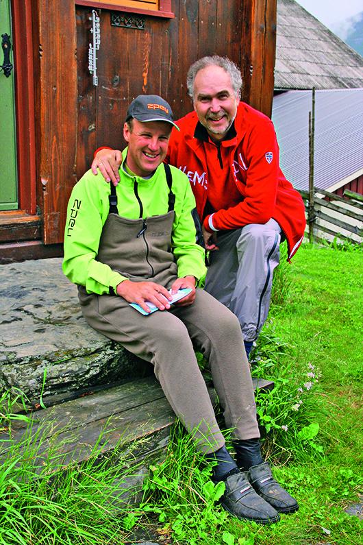 Trafen sich beim Fliegenfischen in Norwegen: Guide Tor Grøthe (links) und FliegenFischen-Autor Bernd Kuleisa. Foto: B.Kuleisa