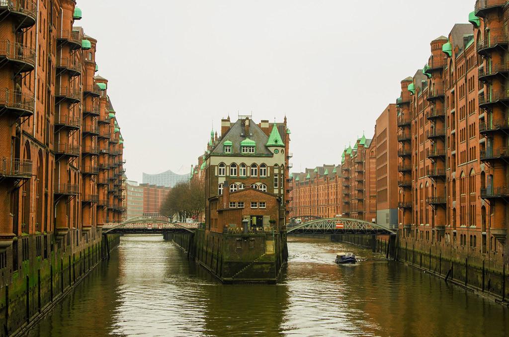 Angeln in Hamburg: Auch das Angeln mit Kunstködern und toten Köderfischen in den strömungsberuhigten Seitenkanälen der Hamburger Innenstadt ist während der Zanderschonzeit ab sofort verboten. Foto: pb