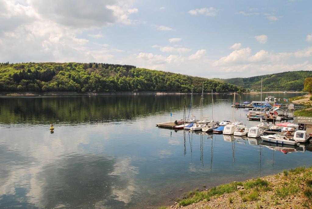 Nicht weit von der Staumauer befinden sich verschiedene Bootsverleihe. Hier kann man auch Angelboote mieten. Foto: BLINKER/D. Schröder