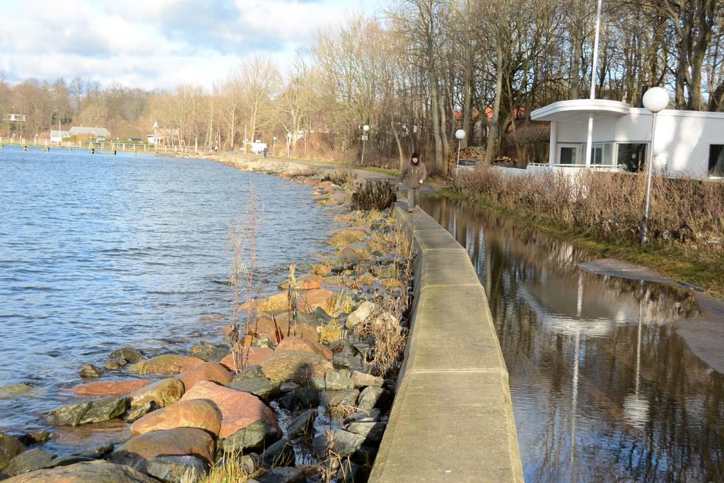 Nur noch die Mauer konnte für einen Spaziergang an der Ostseeküste genutzt werden. Der Rest des Weges ist überschwemmt. Foto: S. Rose