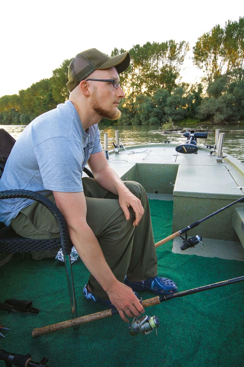 Wer beim Zanderangeln mit Köderfisch immer dicht an seinen Ruten sitzt, kann schneller bei einem Biss reagieren, bevor Freilauf oder Bissanzeiger einen unnötigen Widerstand verursachen. Foto: BLINKER/L.Berding