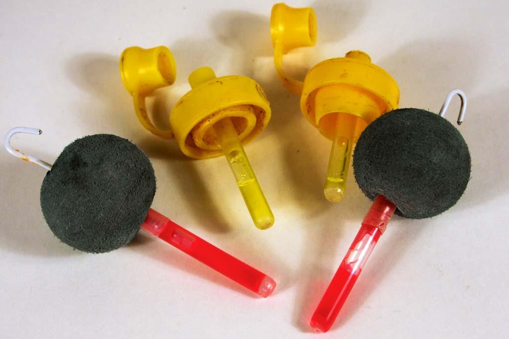 Diese federleichten Eigenbau-Einhänger bieten den Zandern den geringsten Widerstand beim Schnurabzug: Verschlüsse von Spüli-Flaschen (Mitte) und Schaumstoffbälle in die oben der Draht einer Büroklammer eingenäht wurde. Foto: BLINKER/D. Charman