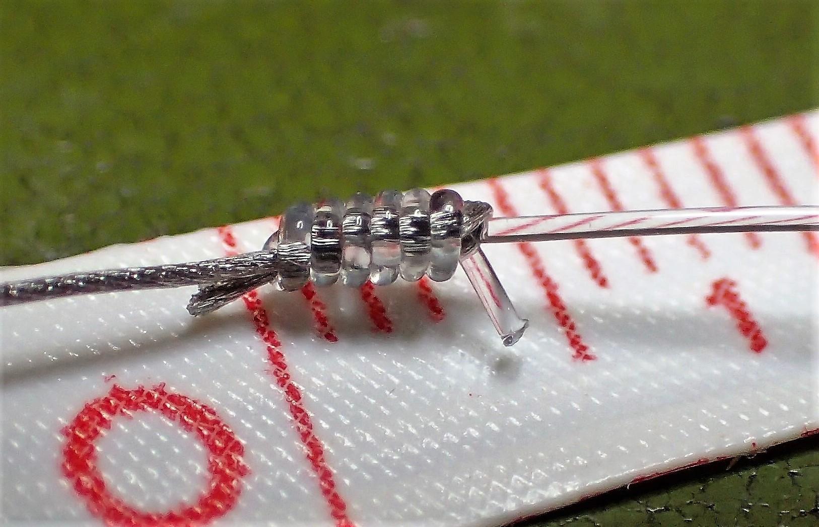 Albright-Knoten zum Fliegenfischen: Kleiner als ein Wirbel: Der Albright-Knoten, der hier das Stahlvorfach mit 0,43er Nylon verbindet, ist nur wenige Millimeter groß. Die Enden von Nylon und Stahl wurden nach dem Foto noch gekürzt. Foto: M. Werner