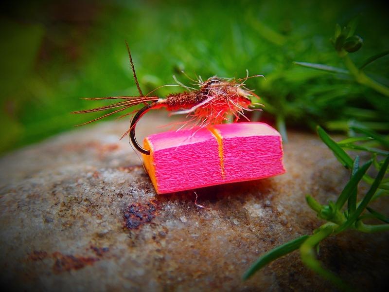 Kleine Bissanzeiger, kaum größer als die Fliege, helfen beim Nymphenfischen, einen Biss zu erkennen. Die Fliege ist übrigens eine Fasanenschwanz-Nymphe. Foto: Michael Werner