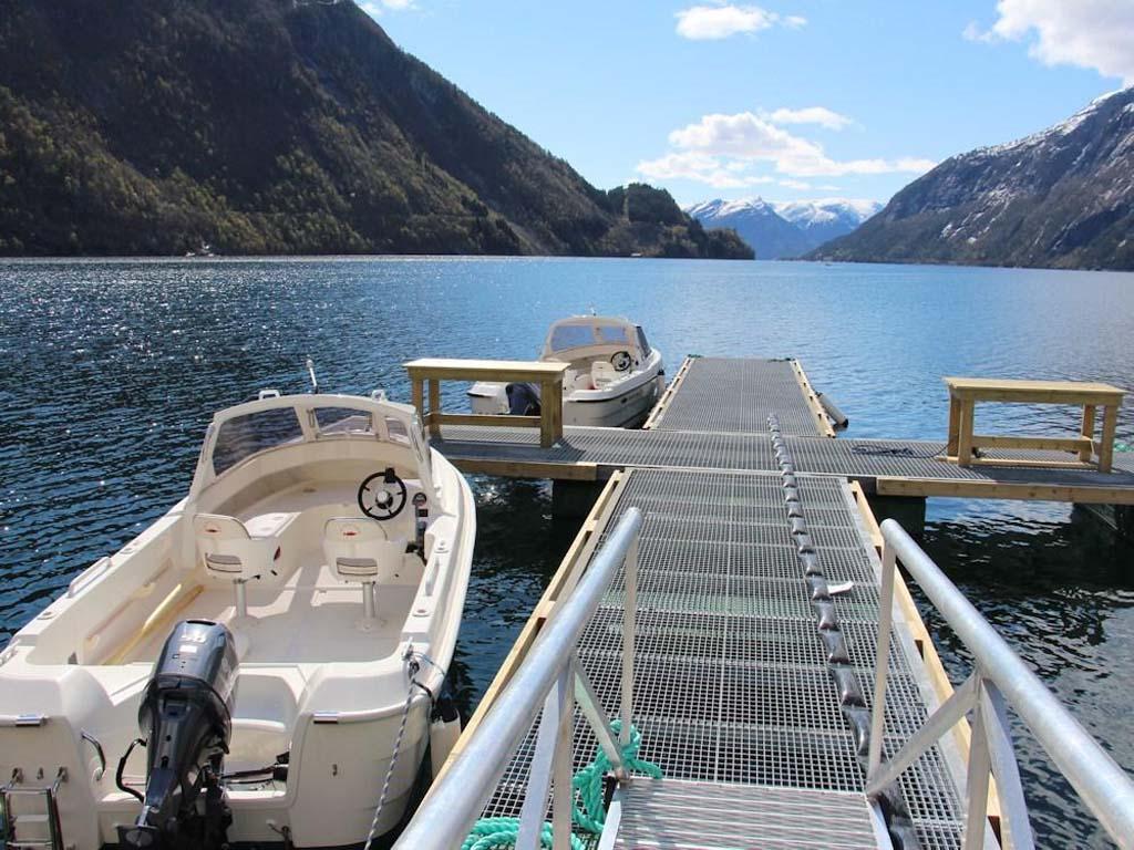 Zum Ferienobjekt am Vadheimsfjord sind die 19 Fuß 50 PS Motorboote inklusive. Foto: Borks