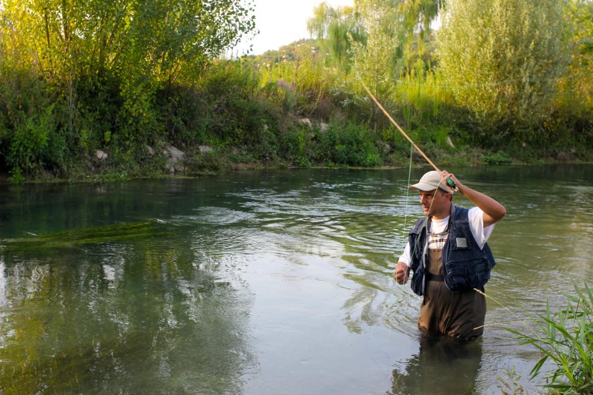 In Italien können Sie in der Nähe des Gardasees mit der Fliegenrute auf Forellen fischen.