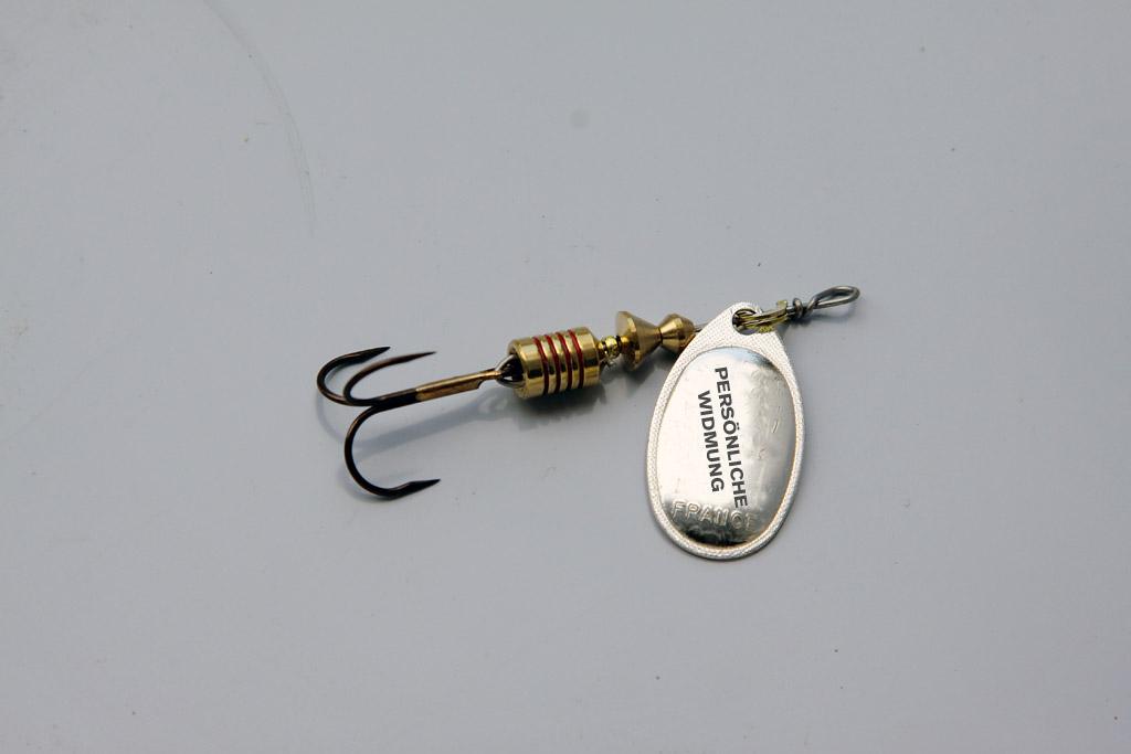 Ein Spinner mit einer persönlichen Widmung, wie zum Beispiel den Namen des Anglers, machen den Köder zu etwas ganz besonderem. Foto: BLINKER