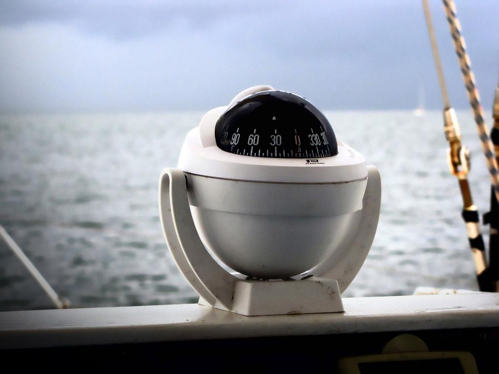 Selbst ein einfacher Kompass kann Leben retten, wenn man auf See in dichten Nebel gerät. Foto: pb/Joenomias