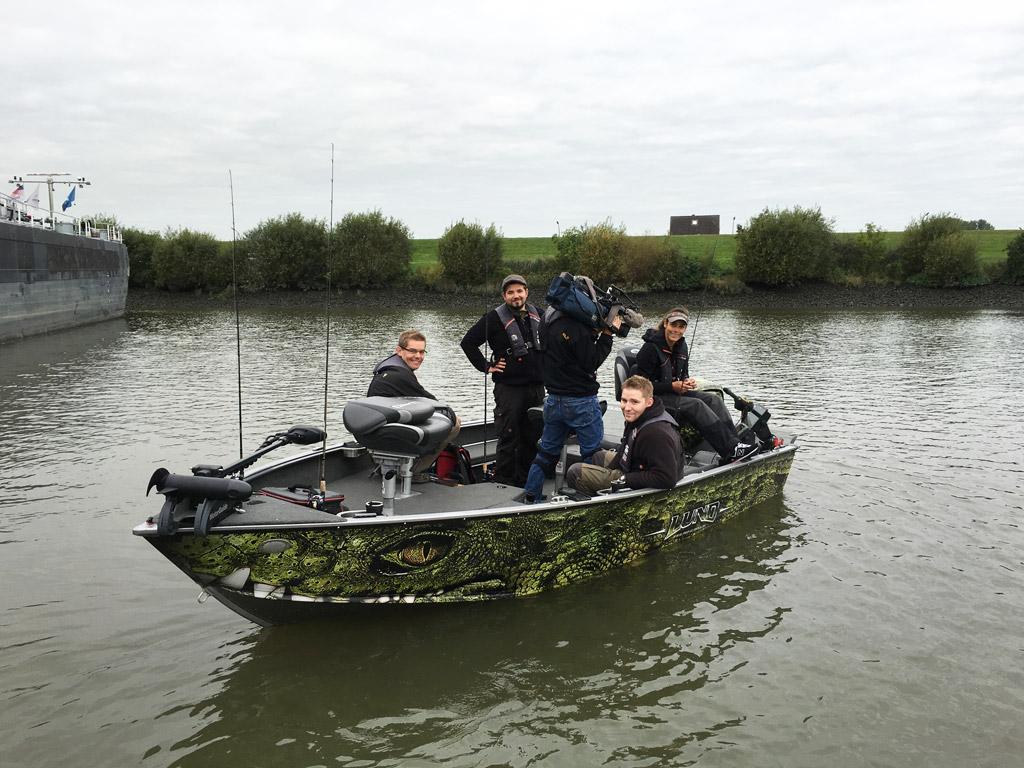 Das Kamerateam von Spiegel TV Wissen begleitetet Natsch Hussein und ihre Gäste auf der Elbe zum Zanderangeln. © SPIEGEL TV