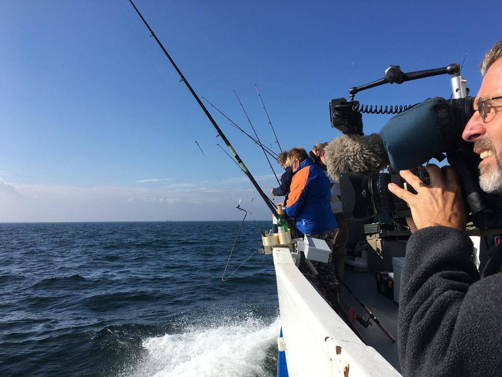Bei bestem Wetter ging es für zahlreiche Meeresangler auf die Ostsee zum Plattfischangeln. Trotz widriger Temperaturen konnte Jan Fische vor der Kamera präsentieren. © SPIEGEL TV