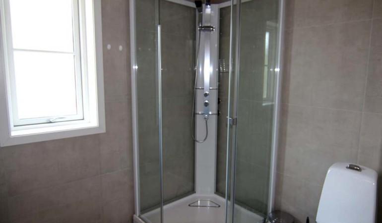 Das moderne Bad bietet nach einem langen und anstrengenden Angeltag alles, was man zur Erholung benötigt. Foto: Borks