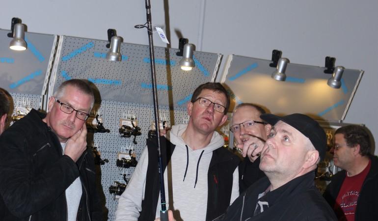 Alfons Rüwe und Lars Malik beraten einen Kunden beim Kauf einer Feederrute. Foto: A. Pawlitzki
