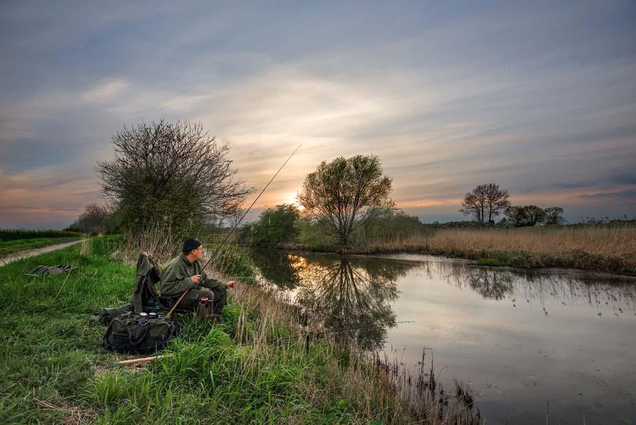 Die ersten milden Temperaturen laden zum Aalangeln ein. Da man jedoch in den flachen Uferbereichen fischt, sollte man dementsprechend laute Geräusche und Erschütterungen unbedingt vermeiden. Foto: BLINKER/W. Krause