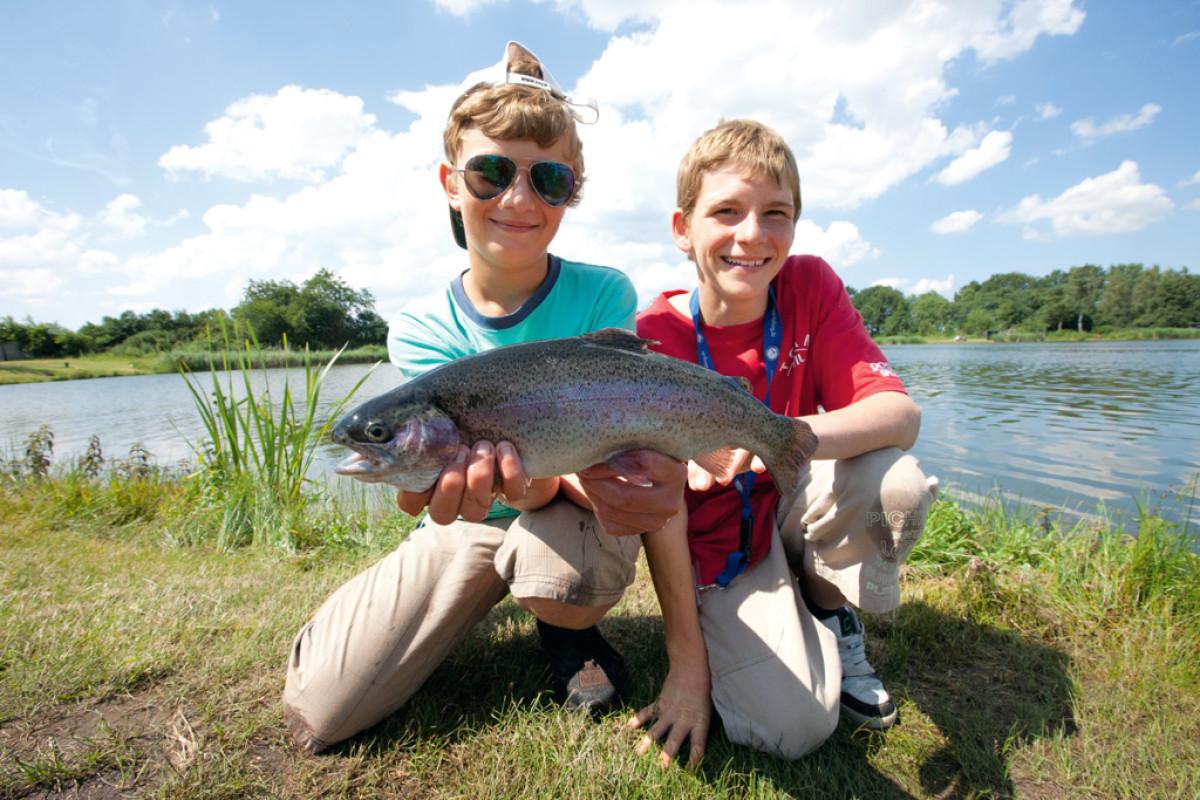 Angelferien für Kinder: Gemeinsames Ferienglück dieser beiden Jungs beim Forellenangeln. Foto: BLINKER