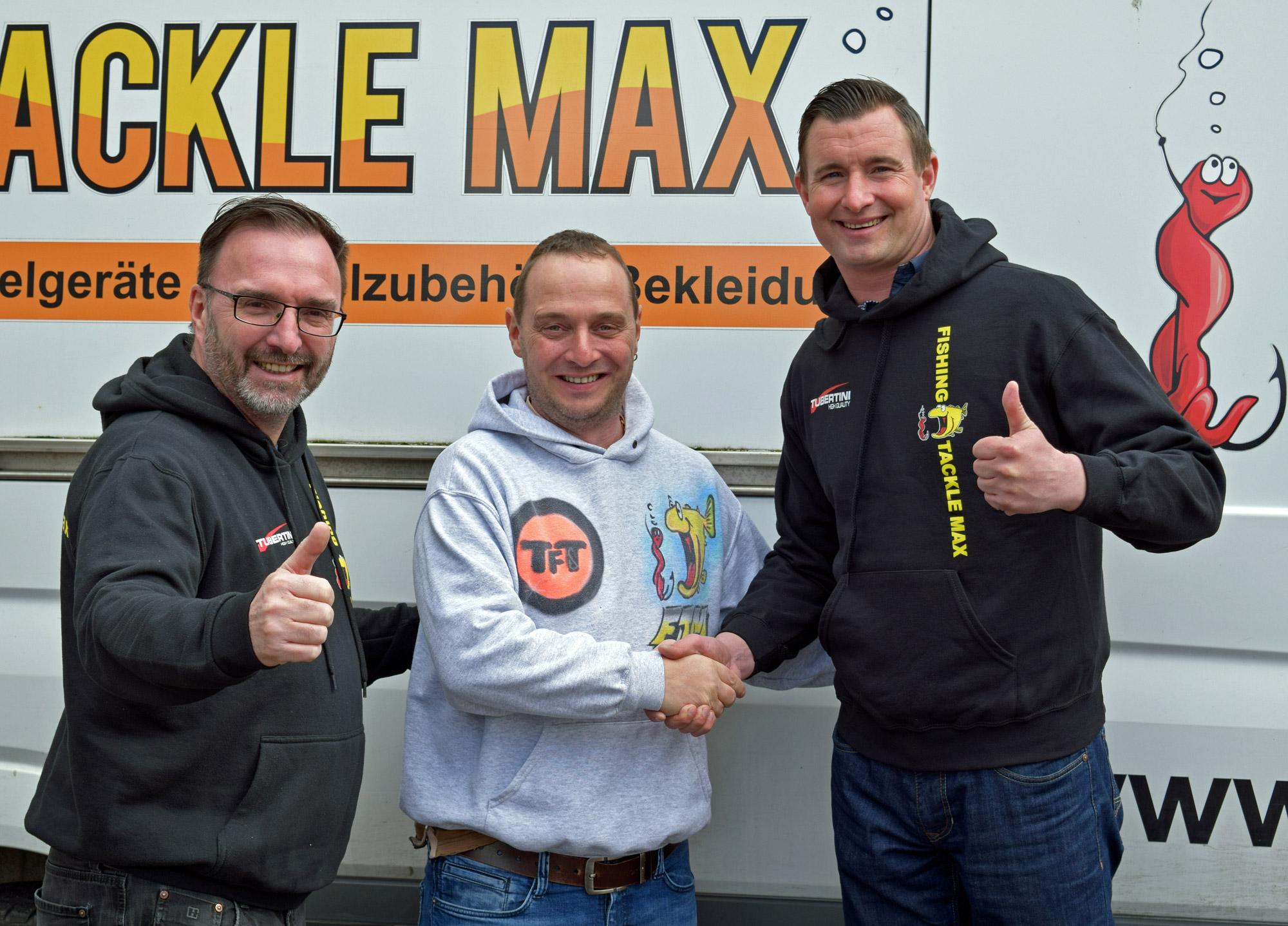 FTM-Geschäfsführer Diethard Schmiedecke (mittig) und Vertriebsleiter Jörg Iversen (links) freuen sich auf die zukünftige Zusammenarbeit mit Raubfischprofi Veit Wilde. Foto: FTM