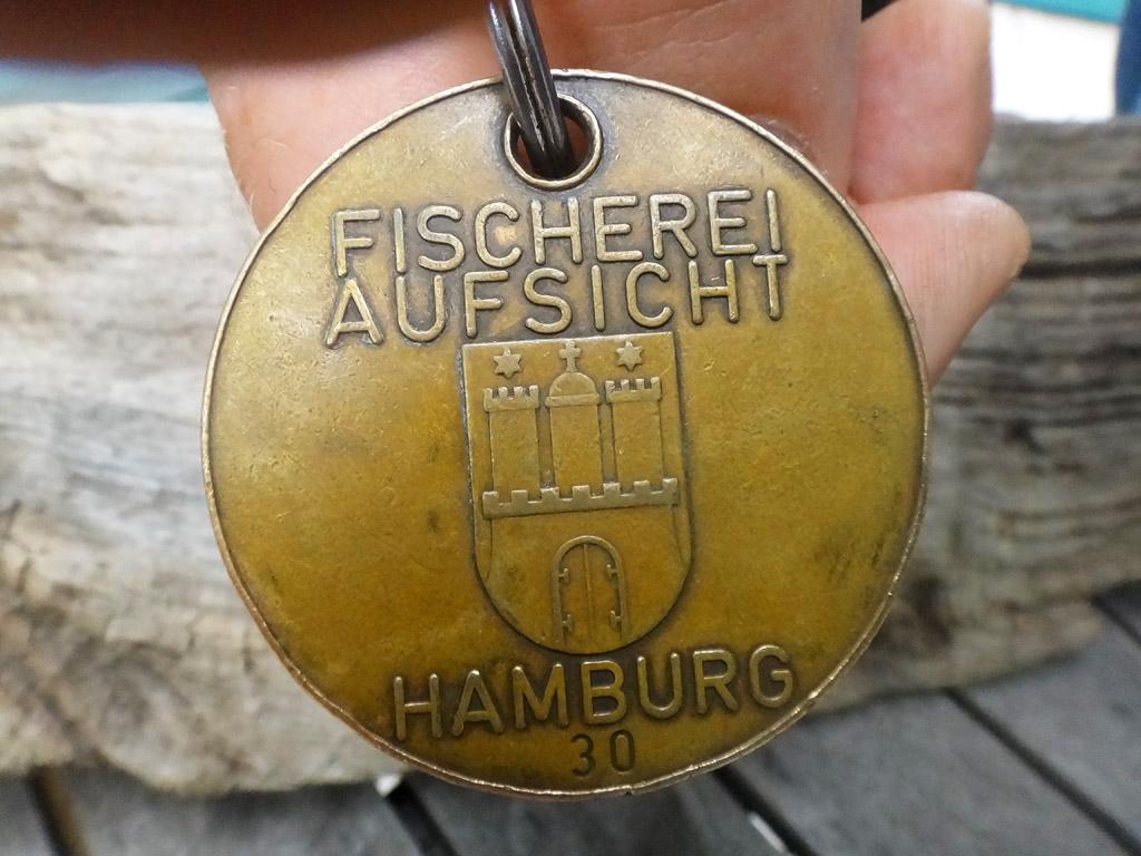 Wenn man diese Marke vorgehalten bekommt, heißt es: Fischereikontrolle! Foto: BLINKER/Pawlitzki